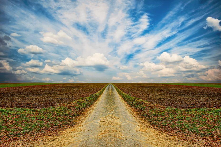 Weg zum Horizont mit Wolken